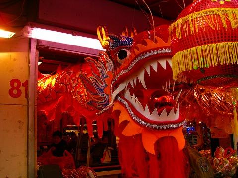 中国食料品店に飾られたドラゴン|2009年2月1日パリ13区(中国人街)の旧正月