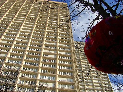 13区の高層マンション群と旧正月飾り|2009年2月1日パリ13区(中国人街)の旧正月