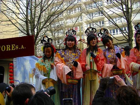 「おめでとう」を振りまく少女達|2009年2月1日パリ13区(中国人街)の旧正月