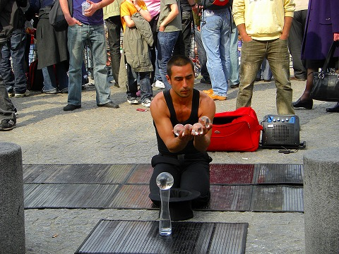 増えた水晶玉@ポンピドゥー・センター前広場でのパフォーマンス