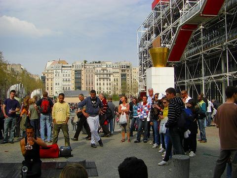 水晶玉使いのお兄さんと観客@ポンピドゥー・センター前広場でのパフォーマンス