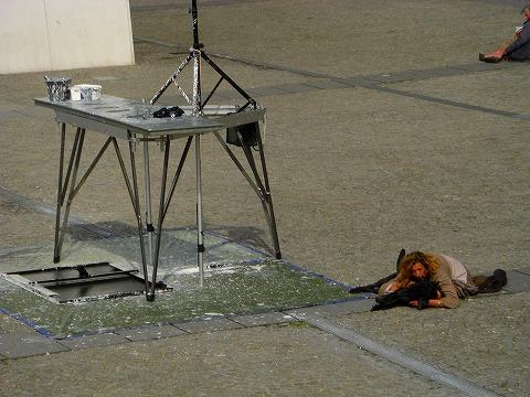 犬と昼寝する女性@ポンピドゥー・センター前広場でのパフォーマンス