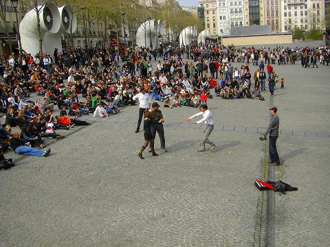 フィリップに劇をさせられる観光客@ポンピドゥー・センター前広場でのパフォーマンス